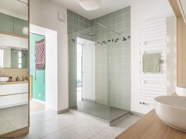 Après : une salle de bains modernisée avec goût