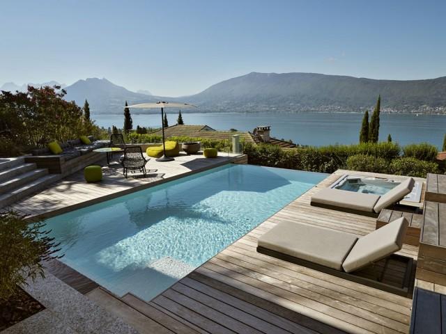 Une terrasse avec piscine élégamment transformée