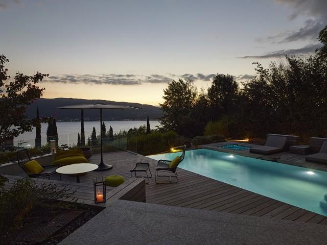 Une piscine de jour comme de nuit