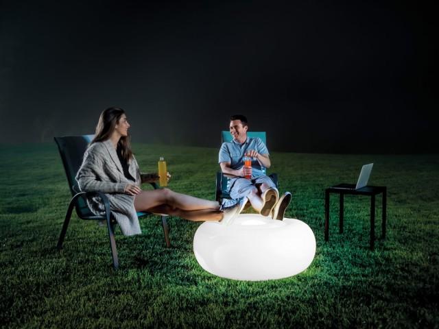 Un pouf lumineux pour éclairer le jardin