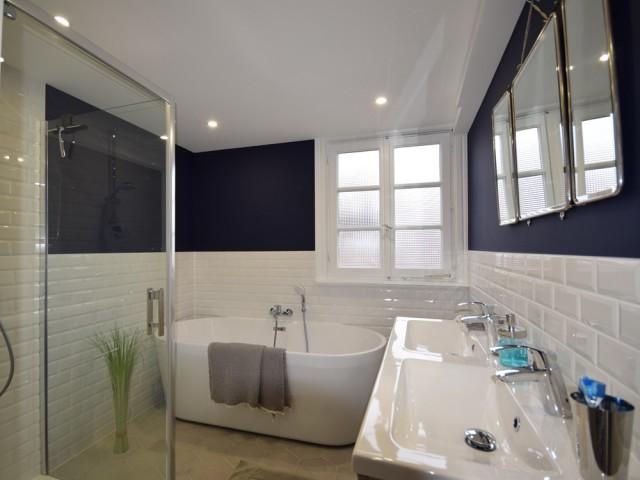Une salle de bains au discret charme rétro
