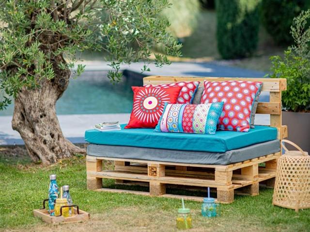 Un canapé en palettes et ses coussins wax