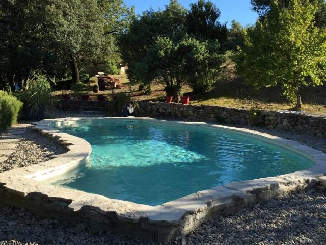 Avant : une piscine vieillissante