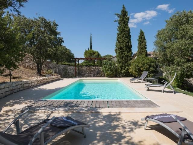 Après : une piscine modernisée, élégante et confortable