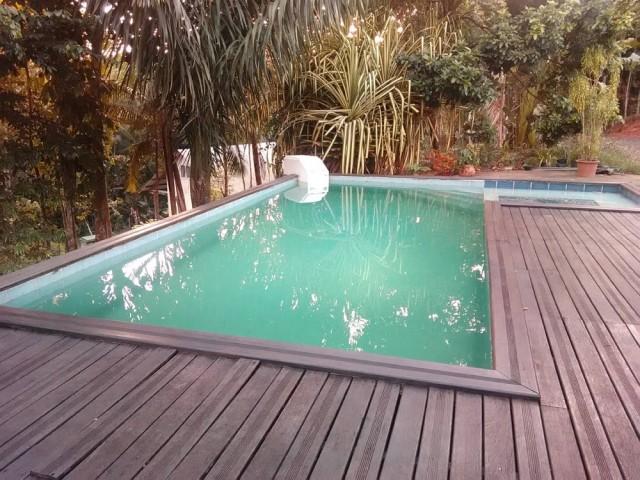 Avant : une piscine fatiguée et démodée