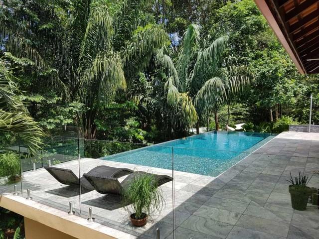 Après : une luxueuse piscine à débordement