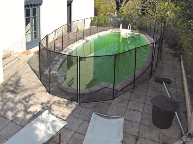 Avant : une piscine prisonnière de ses filets de protection