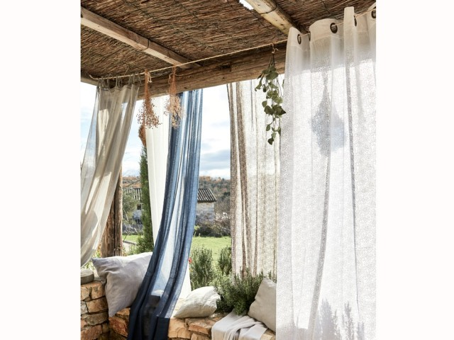 Des rideaux pour isoler sa terrasse des regards indiscrets