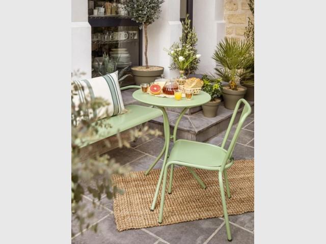 Table ronde, chaise et banc en métal, Bergamotte, prix : table 249 €, chaise 289,90 € (par 2), banc 299,90 €