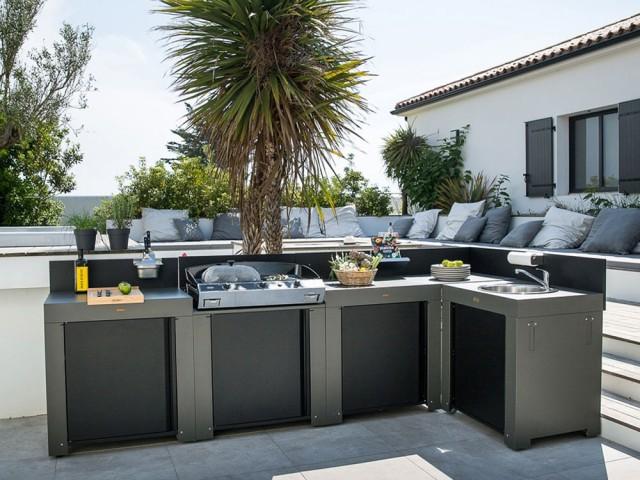 Une cuisine d'extérieur avec un barbecue XXL