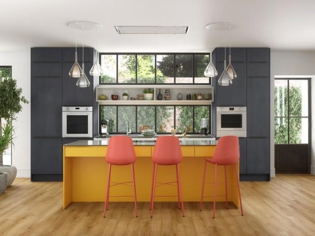 Une cuisine colorée tout en contraste