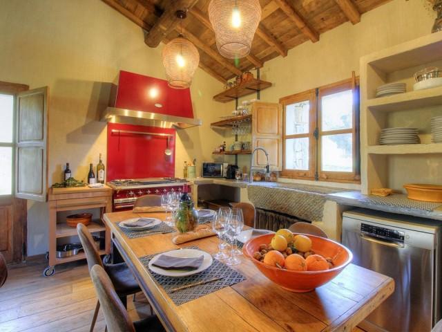 Une cuisine à la fois moderne et rustique