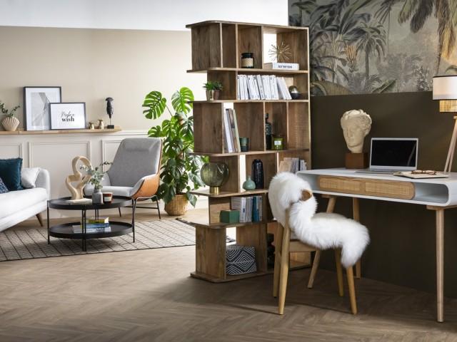 Une bibliothèque pour isoler le coin bureau