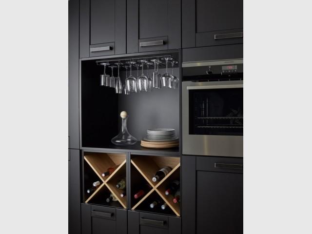 Des casiers à vin dans la cuisine