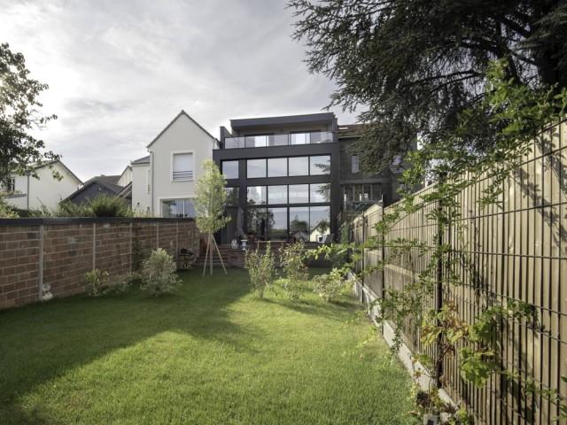 Une maison à deux visages qui se révèle côté jardin
