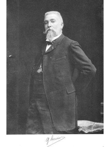 Portrait - Gustave Serrurier-Bovy, entre 1900 et 1910, Collection Ville de Liège (Don de Mme Soyeur-Delvoye) bois incrusté d'émaux.
