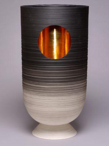 Vase en porcelaine de Pierre Soulages édité par la manufacture de Sèvres, prix 2009 de « L'Objet du Pavillon ».