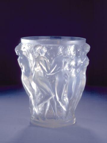 "Vase ""Bacchantes"" opale."