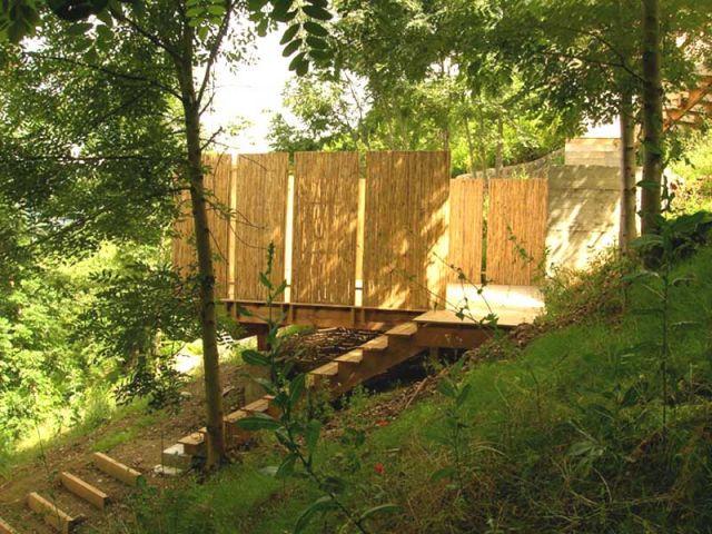 4 terrasses poses sur un jardin en pente