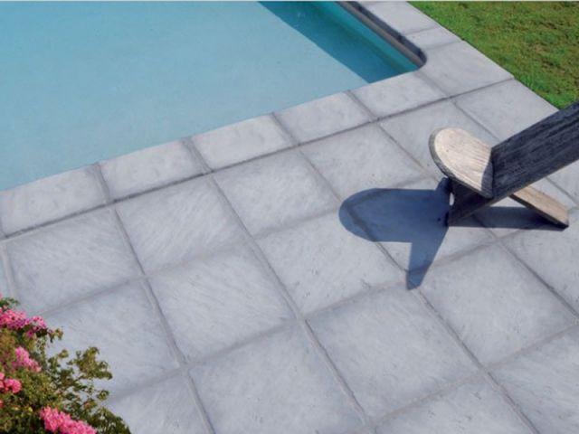 quand le sol donne le ton aux piscines. Black Bedroom Furniture Sets. Home Design Ideas