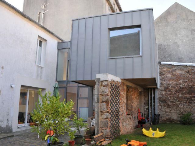 Extension une bo te en zinc pos e sur un mur for Extension maison urbanisme