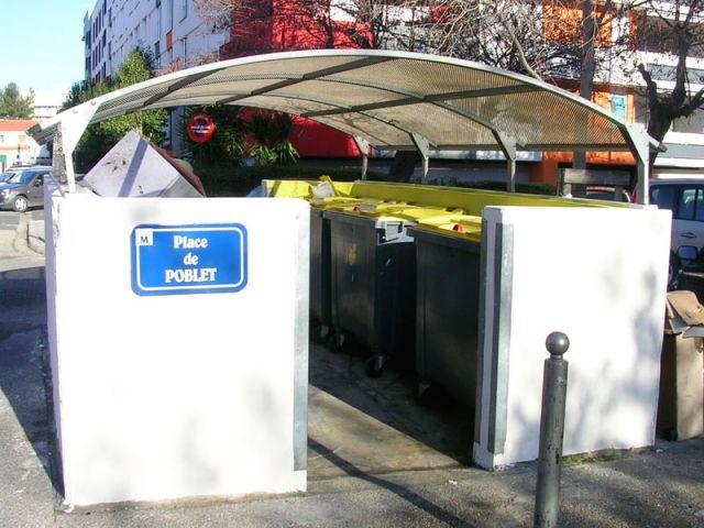 Des abris pour containers ont été créés.