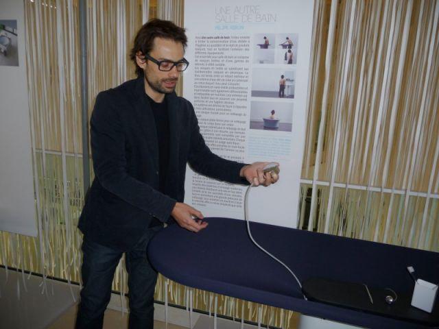 Felipe Ribon en pleine démontration. Dans le cadre de l'exposition, il présente son concept de vasques en textile imperméable et sa gamme de robinets amovibles.
