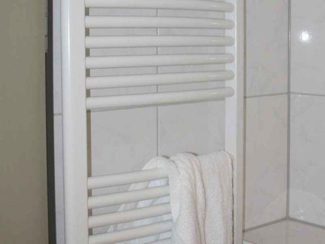 Poser un s che serviettes - Seche serviette sous fenetre ...