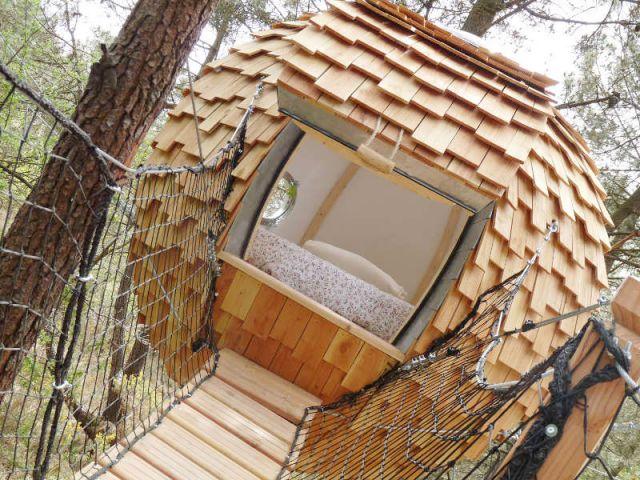 Le lov 39 nid un cocon bois suspendu dans les airs for Exterieur habitat 85