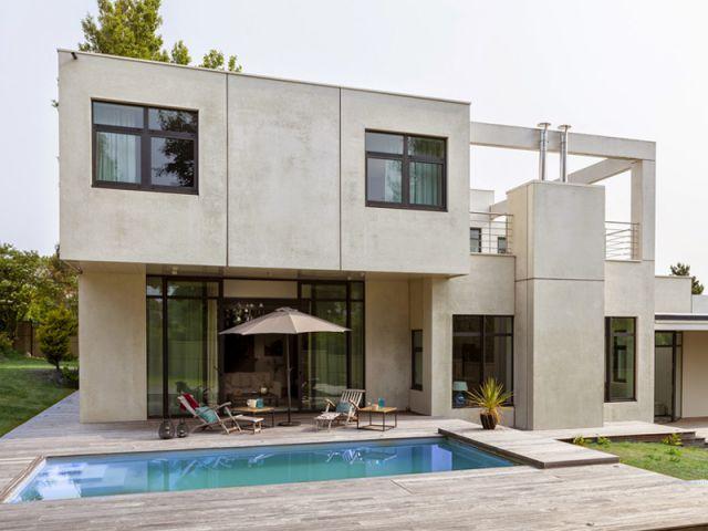 Maison d 39 architecte une villa cubique au charme naturel for Constructeur maison cubique