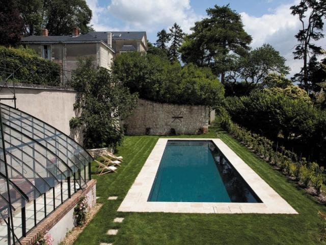 une piscine de standing flanc de coteau viticole. Black Bedroom Furniture Sets. Home Design Ideas