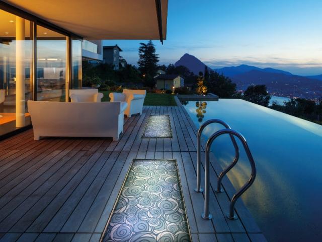 am nager sa terrasse des dalles lumineuses en verre int grer dans le sol. Black Bedroom Furniture Sets. Home Design Ideas
