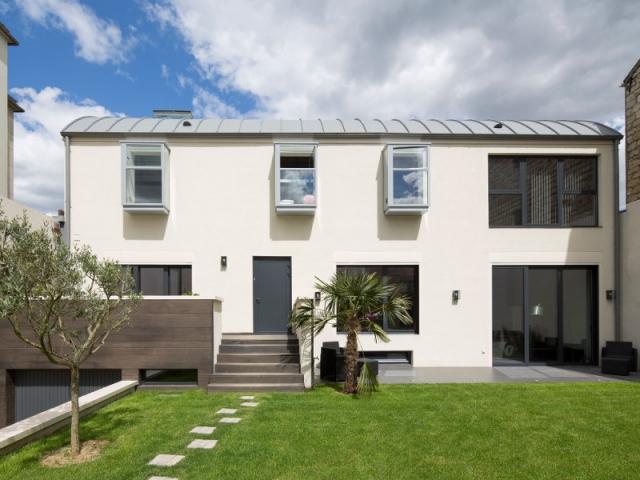 demi niveaux et patio pour une maison familiale construite sur un ancien hangar. Black Bedroom Furniture Sets. Home Design Ideas