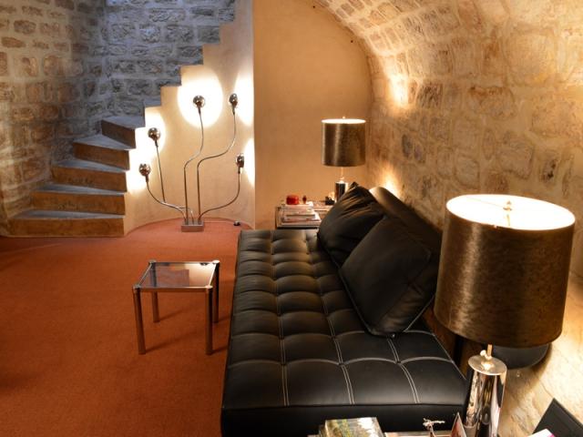 une cave parisienne entre espace de travail et de relaxation. Black Bedroom Furniture Sets. Home Design Ideas