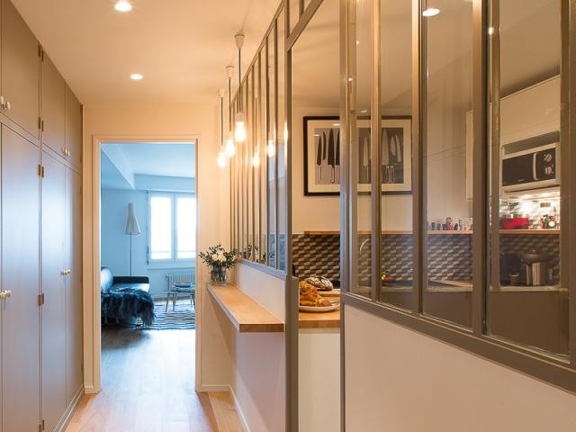 1 appartement d 39 une l gante sobri t. Black Bedroom Furniture Sets. Home Design Ideas