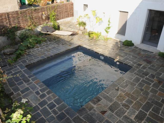 Une mini piscine en kit aux nuances min rales for Construction piscine 10m2