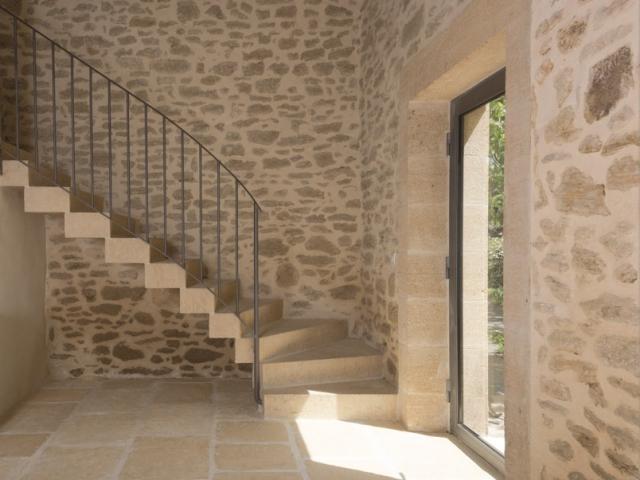 une grange r nov e en b ton du sol au plafond. Black Bedroom Furniture Sets. Home Design Ideas