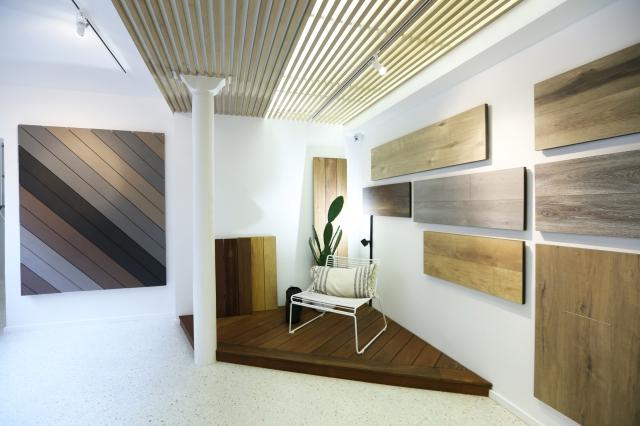 CarréSol expose au mur ses  parquets, ses panneaux muraux et ses revêtements.