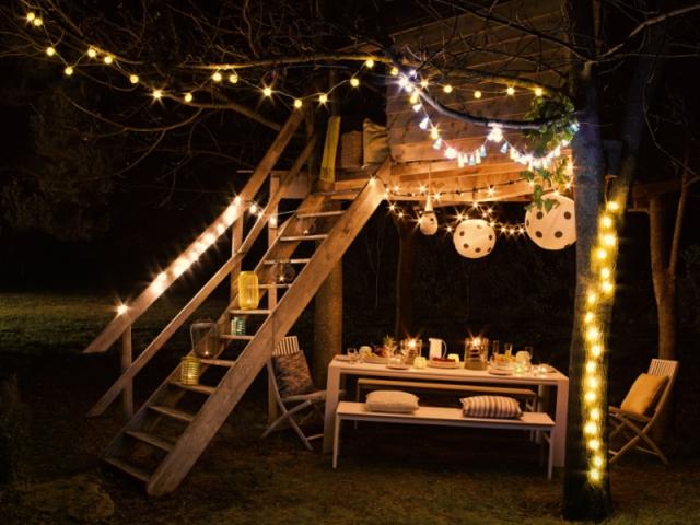 Une cabane décorée pour un jardin illuminé