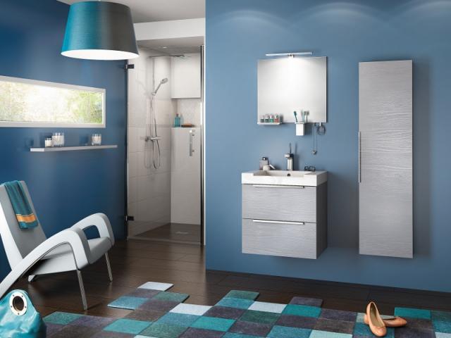 Une salle de bain dans le bleu