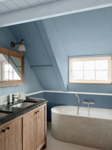 Une salle de bains aux nuances de bleu