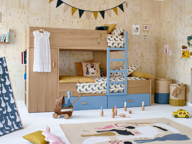 Lit cabane lové entre deux lits superposés