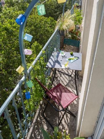Une grande table sur un petit balcon