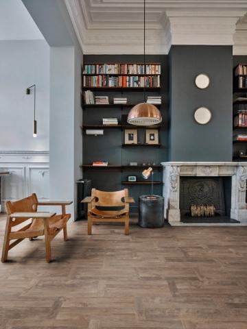 Des livres de part et d'autre d'une cheminée