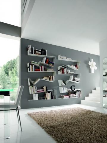 Un chemin de livres sur un mur