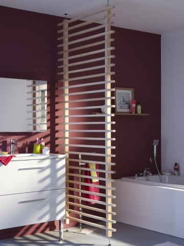 Une paroi en bois pour structurer la salle de bains