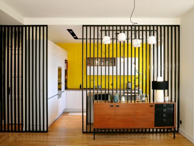 Un claustra noir et sur-mesure pour la cuisine