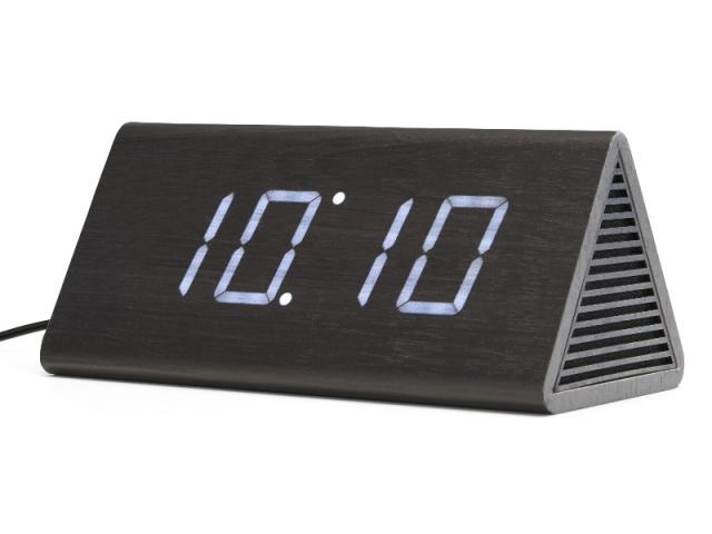 Odette, réveil digital triangulaire avec haut-parleur en bois noir, 32 €
