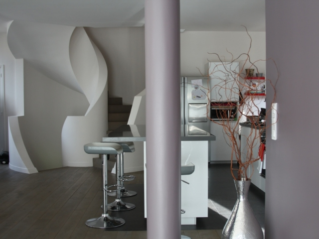 L'escalier tranche avec le style de la maison