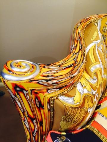 Les fauteuils sont laqués aux couleurs des carrés